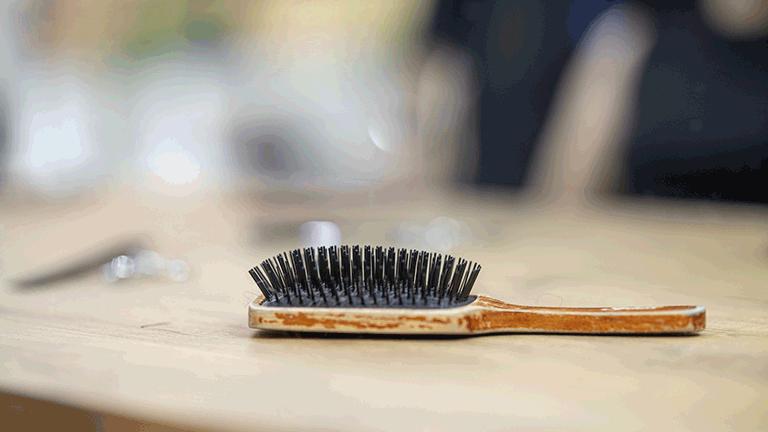 nettoyer-brosse-cheveux-naturellement
